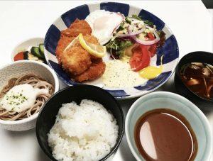 〈食通の昼メシ〉テレビ業界屈指のグルメ絶賛!そば屋の「とんかつ定食」の画像