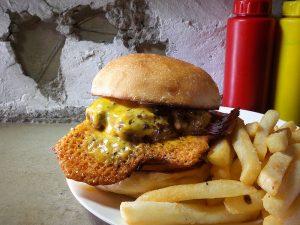 メニューは一品、可能性は無限大! トッピングによる味変の極みを堪能できるハンバーガーとは?の画像