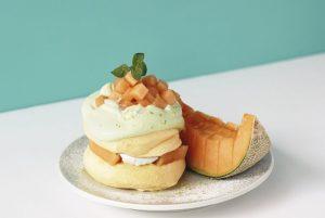 ゴロッと果肉&ふわふわ生地のW食感♡ 「奇跡のパンケーキ」7月限定メニューは夕張メロン!の画像