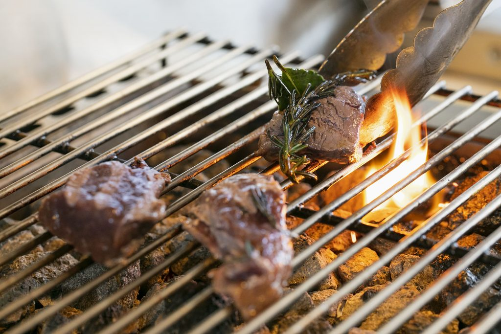肉料理はすべて天然の溶岩石で焼き上げる