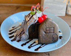 真っ黒だけど甘~い! ハロウィンに食べたい、おうちの形のハニートーストの画像