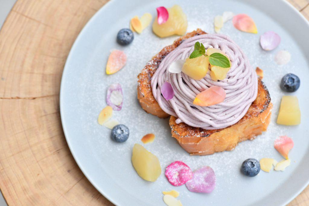 花びら香るブリュレフレンチトースト! バラを使った美しいスイーツが期間限定で登場の画像