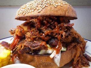 スモークされた肉の旨味がじわ〜っと広がる! ブレイク必至の「プルドポーク」って知ってる?の画像