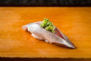 """〈味な町寿司〉恵比寿駅前で64年目。""""商売繁盛の神様""""が見守り続ける町寿司の画像"""