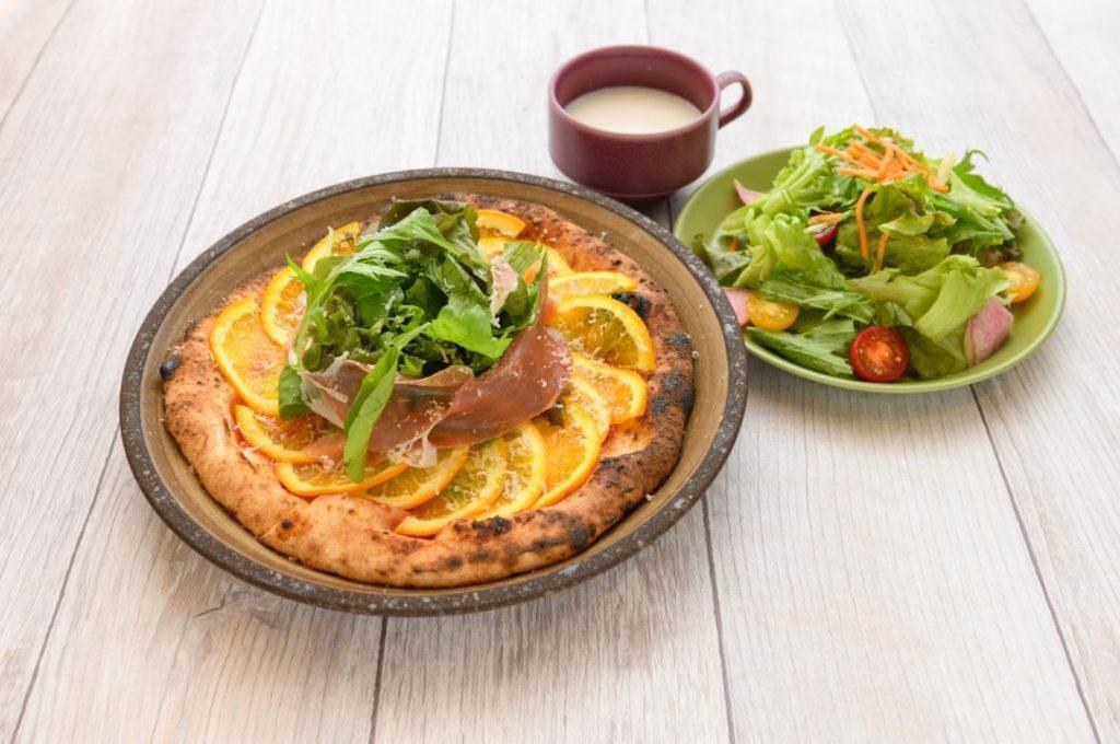 外はカリッと、中はモチモチ! 薪窯ピッツァを楽しめるカフェが大阪・万博記念公園内にオープンの画像
