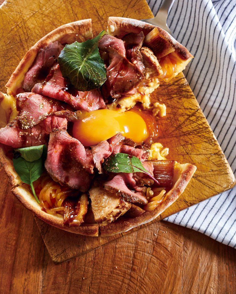 すき焼きとピザが一口で味わえる?! 鍋風の「シカゴピザ」が新登場の画像