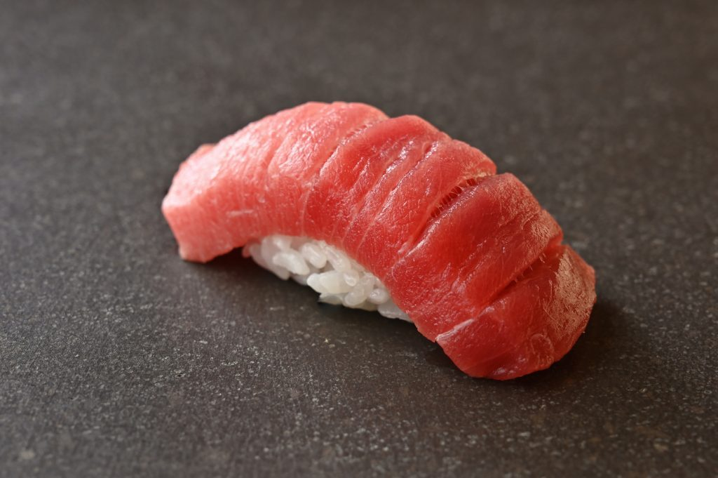 〈噂の新店〉33歳の寿司職⼈が独⽴。この冬、寿司好きレビュアーの話題をさらった店とは?の画像
