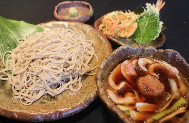 〈食通の昼メシ〉美食家モデルが何度でも通いたい「鴨汁そば」の画像