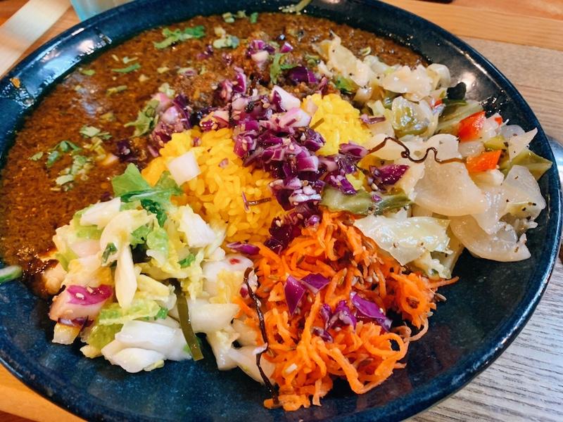 〈今週のカレー〉もう食べた? 高円寺の人気カレー店に副菜&スパイスたっぷりの新メニューが登場の画像