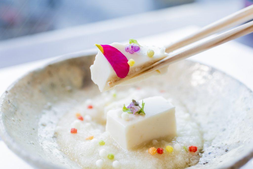 〈お通しの旨い店にハズレなし〉自慢の出汁を生かした雪化粧の泡ジュレ豆腐の画像