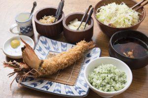 反り返った一本海老がドーン! 渋谷で豪快に海老フライを食べるならかつ吉を目指すべしの画像