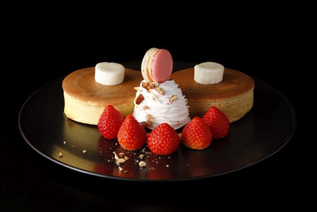 """ホテルニューオータニの絶品パンケーキに""""あまおう苺""""が加わり衣替え!の画像"""
