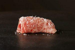 """18部位30貫の""""肉寿司""""を食べ比べ! 銀座に牛肉寿司店がオープンの画像"""