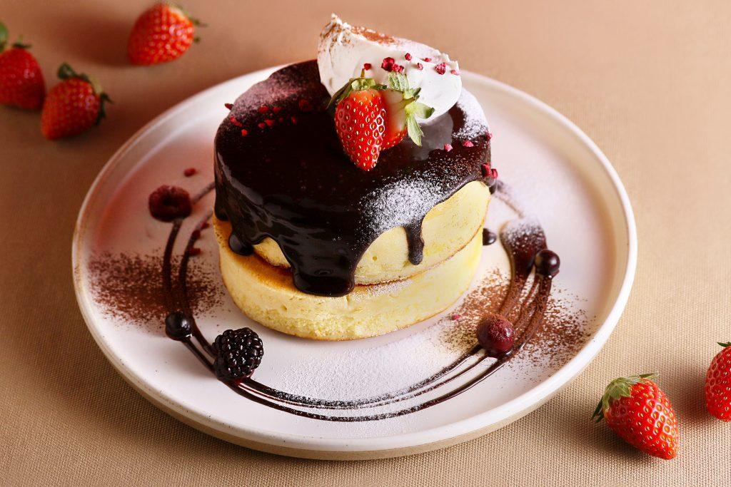 濃厚チョコにベリーをMIX! 人気のふわふわパンケーキがバレンタイン仕様にの画像