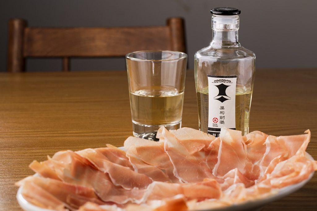 〈今夜の自腹飯〉皿一杯の生ハムが500円!お酒の種類も豊富な「町ビストロ」が熱いの画像