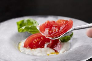 〈今夜の自腹飯〉とろけるカプレーゼに手打ちパスタ! 深夜まで使える大人のイタリアンの画像