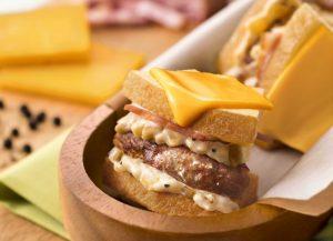 バームクーヘン×カルボナーラ?! 羽田空港限定の個性派サンドイッチが登場の画像