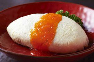 〈食通の昼メシ〉美食家モデルも綺麗に完食! トビコソースがけの白いオムライスの画像