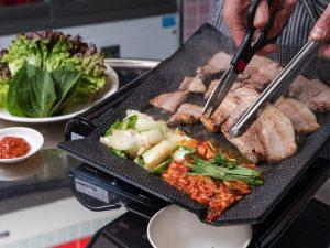 〈最旬フードニュース〉生サムギョプサルに、汁なしカレーまぜ麺も! 最新グルメ4選の画像