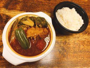 〈今週のカレー〉ゴロゴロ野菜がたっぷり! テイクアウトでも大満足の栄養満点スープカレーの画像