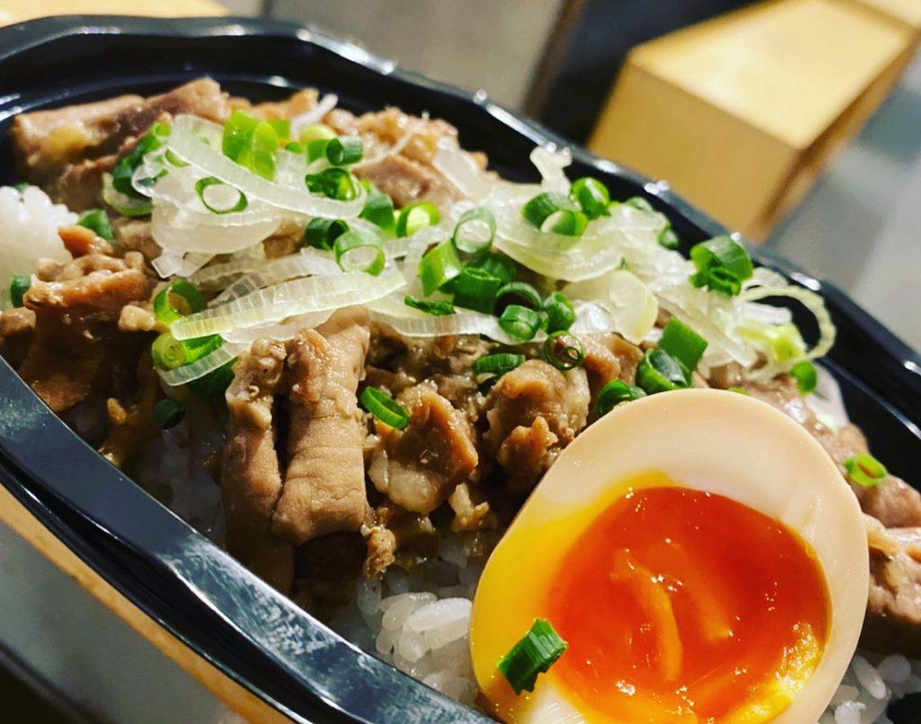 〈おいしいテイクアウト〉豚モツで白米がススム! ワシワシかきこみたいルーロー飯(外苑前)の画像