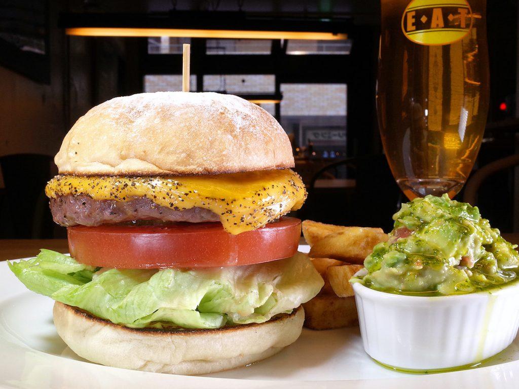 梅雨気分も吹っ飛びそう! 進化し続けるアメリカンビストロのジューシーハンバーガーの画像
