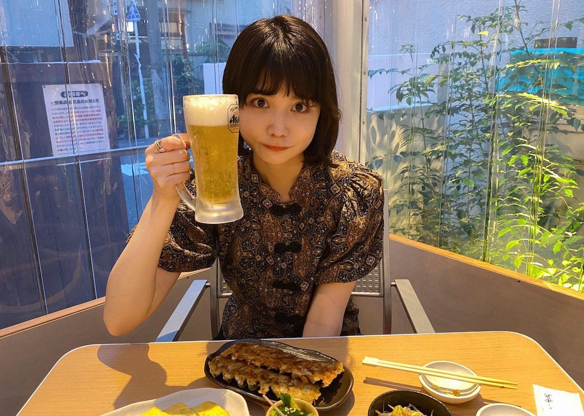夏はやっぱり餃子とビール! 祇園発の餃子専門店でお酒好きモデルもええ気分