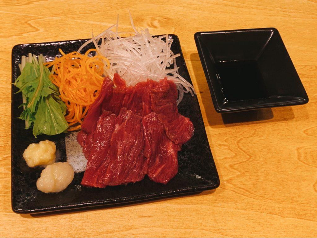 290円で馬刺しも食べられちゃう! 神田カレーGP優勝店が手がける異色の新店がオープンの画像