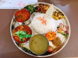 スナックで本格ネパール料理が食べられる! カレーで結ばれた夫妻が営む神田の間借りカレーの画像