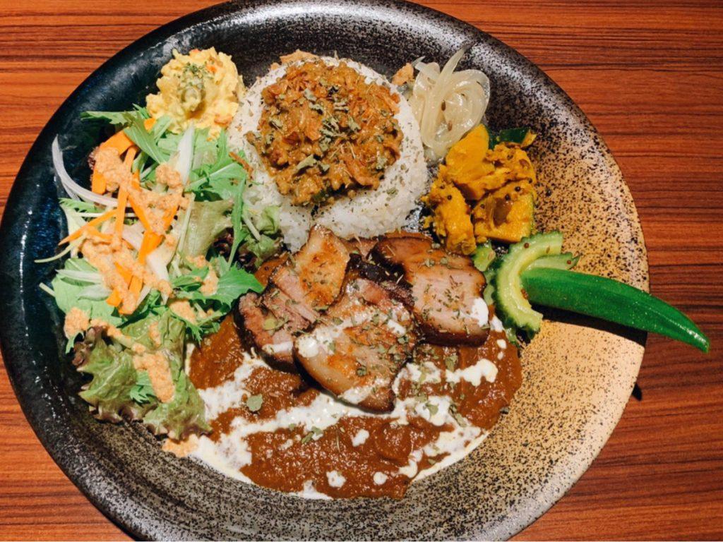昼はカレー、夜はスパイス料理に舌鼓。神楽坂の人気バーが手がけるカレー店が始動!の画像