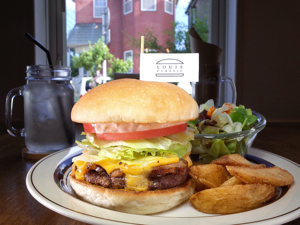 住宅街に佇む人気店で出合えるのは、噛み応え抜群パティが主役のハンバーガー!