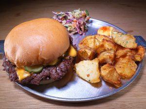 食通に聞いた2020年のナンバーワン! 持ちやすくて食べやすい、機能美を感じるハンバーガーの画像