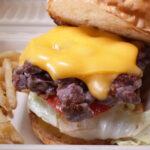 """挽肉のパティとは別物のおいしさ! ステーキハウスが手がける""""コリッ""""と新食感のハンバーガー"""