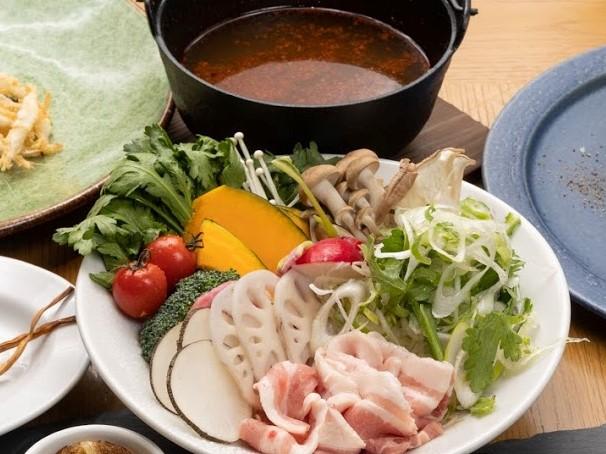 〆はチーズリゾットで! 薬膳クリエイターとコラボした薬膳鍋が赤坂のビストロに登場の画像