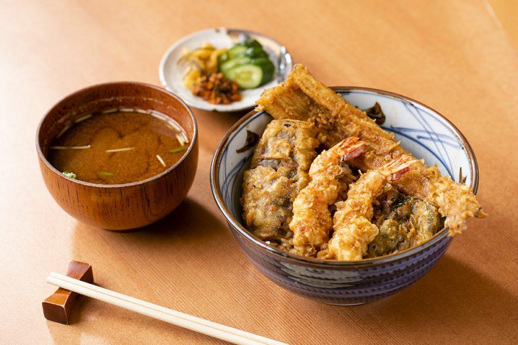 「天ぷら やぐち」2000円のランチ天丼セット