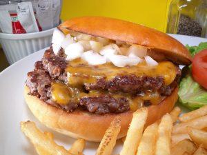 オニオンのザクザクがたまらない! 名店出身オーナーが作る、元気が出るハンバーガーの画像