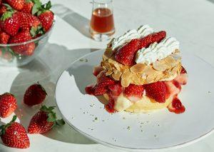 「FLIPPER'S」のストロベリーフェアが開幕! 第一弾は「奇跡のパンケーキ いちごのミルフィーユ」の画像