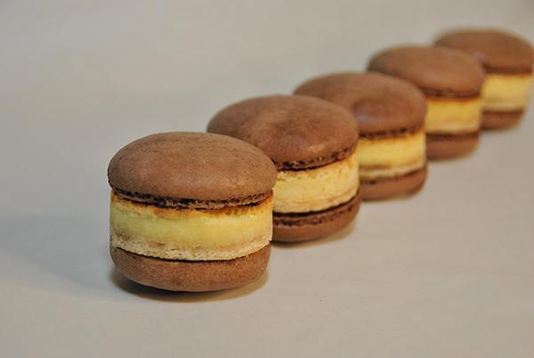 「マカロンチーズケーキ」にチョコクリームをサンド! チーズスイーツ専門店から新登場の画像