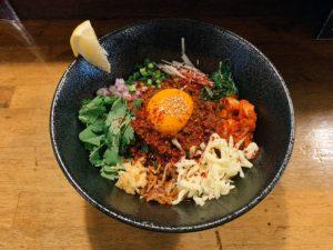 カレー・激辛・麺が全部楽しめる! 真っ赤っ赤が食欲掻き立てるまぜそば新店がオープンの画像