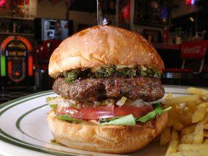 瑛人『香水』の聖地! 横浜の名物ダイナーで食べるべきはハーブ&スパイスの香る個性派ハンバーガーの画像