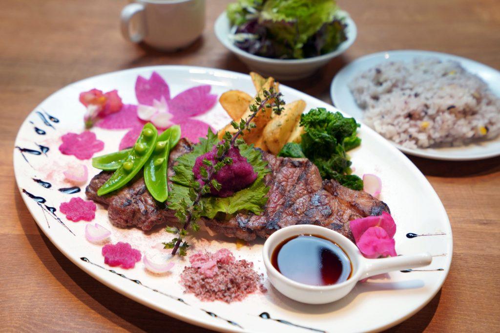 桜の季節限定! 目黒川沿いのレストランにステーキランチが登場の画像