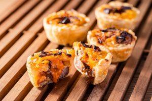 色鮮やかなサーモン丼に、オリジナルの中国料理も! 最新グルメ3選の画像