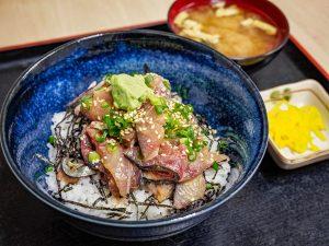 市場内の鮮魚店で味わう、鮮度抜群の「ごまさば丼」!の画像