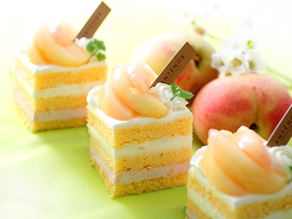 メロンを贅沢使いした夏限定のパフェに、旬の桃をまるごと使ったケーキも! 最新スイーツ3選の画像