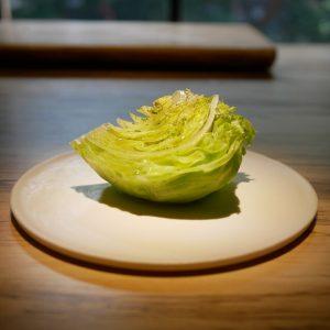 食通が魅せられた今月の一皿。シンプルで美しいレタスサラダの画像