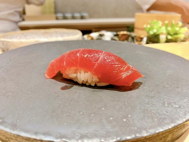 食通が魅せられた今月の一皿。笑みがこぼれる鮪の赤身の画像