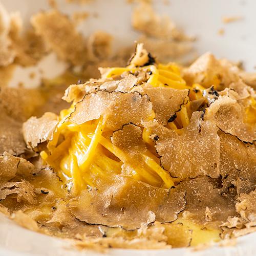 「夏トリュフとフォンティーナチーズのタヤリン」。パスタは毎日店で製麺する。