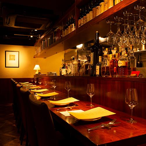 「ボッテガ」はイタリア語で「工房」と言う意味。肉の焼ける音や芳香に包まれながら、目の前で調理を眺めるのがたまらない。