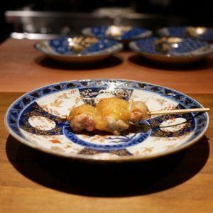 食通が魅せられた今月の一皿。薪火で焼いた繊細な焼鳥の画像
