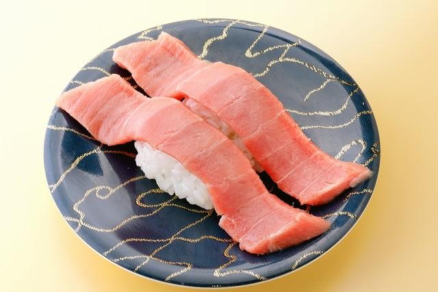 「本鮪中トロ」650円(税込)。寿司ダネは酢飯の倍ほども幅がある